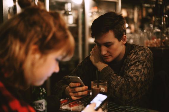 jóvenes mirando móvil