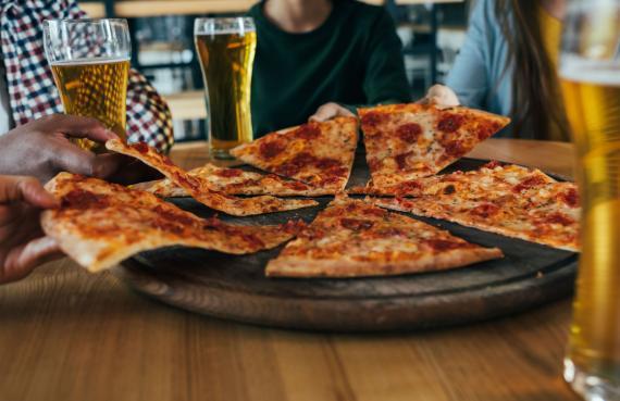 Una pizza compartida entre amigos.