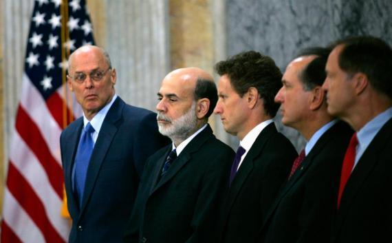 El entonces Secretario del Tesoro, Henry Paulson, mira a sus compañeros.