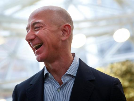 El CEO de Amazon, Jeff Bezos, gana más en un minuto de lo que gana el trabajador estadounidense promedio en un año.
