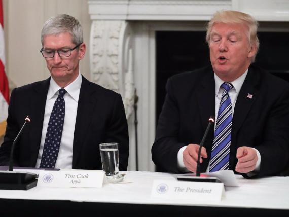 El CEO de Apple, Tim Cook, con Donald Trump