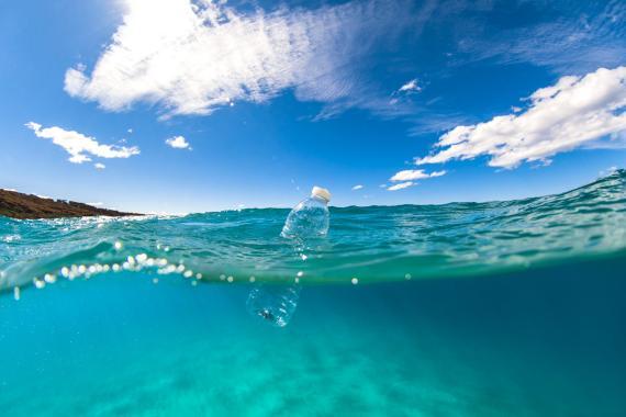 Botella de agua en el océano