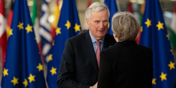 El jefe negociador de la UE para el Brexit saluda a Theresa May