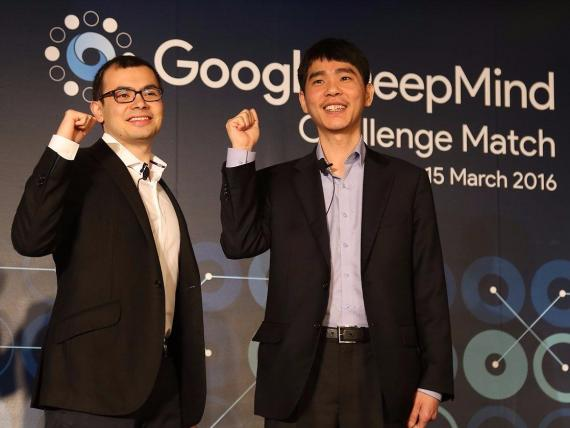 Demis Hassabis, CEO de DeepMind y Lee Sedol, el campeón de Go derrotado por la IA de DeepMind en 2016.
