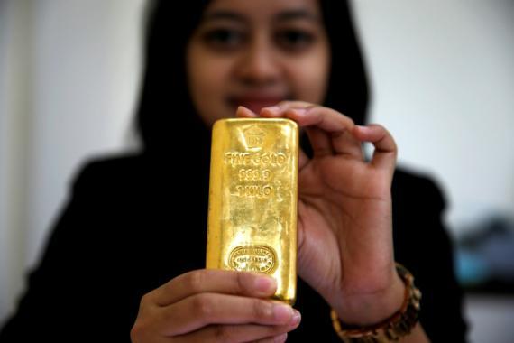 Empleada indonesia con un lingote de oro