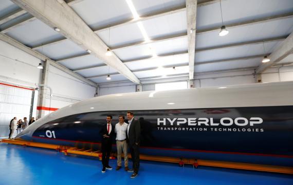 El cofundador y CEO de Hyperloop TT, Dirk Ahlborn, el cofundador y presidente de Airtificial, Rafael Contreras y el presidente y cofundador de Hyperloop TT, Bibop Gresta posan junto a la primera cápsula de Hyperloop para pasajeros