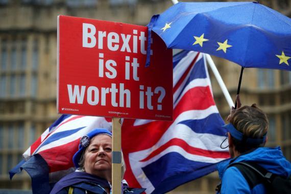 Una manifestante contraria al Brexit protesta ante el Parlamento de Londres