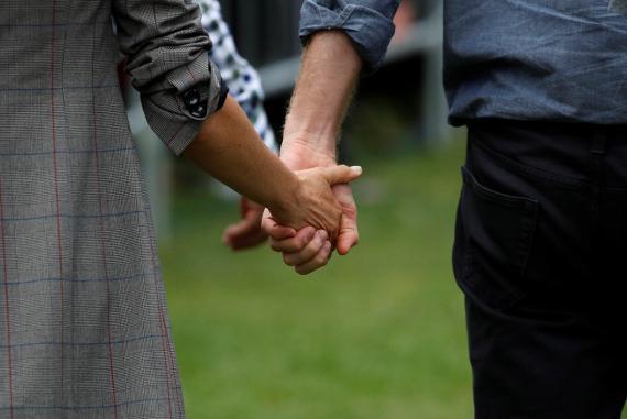 Las manos del príncipe Harry y su esposa Meghan.