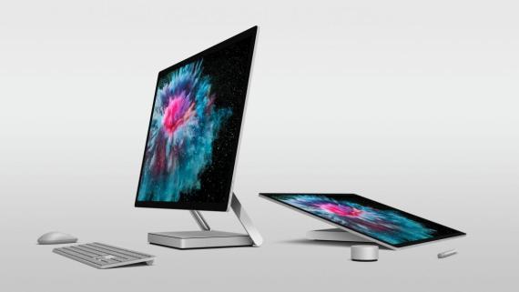 """Microsoft Surface Studio 2 se puede plegar en """"modo estudio"""", permitiendo dibujar en su grande y hermosa pantalla. Surface Dial, a la derecha de la imagen, es un accesorio que se vende por separado."""