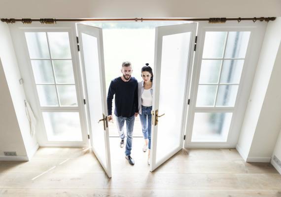 Una pareja entra en su nueva vivienda