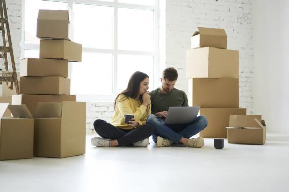 Una pareja organiza su mudanza a una nueva casa