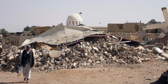 La gente camina por Arhab (Yemen) en enero de 2013 después de que una bomba fuese lanzada por los hutíes durante una pelea contra los miembros de una tribu sunita.