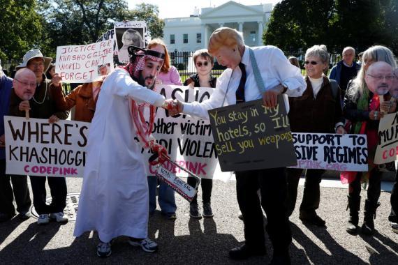 Activistas protestan por la desaparición del periodista saudí Jamal Khashoggi durante una manifestación frente a la Casa Blanca en Washington.
