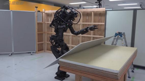 El robot constructor del instituto tecnológico japonés.