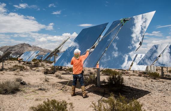 Trabajadores limpiando heliostatos en el sistema generador eléctrico solar Ivanpah en el desierto de Mojave, en California, EE.UU.