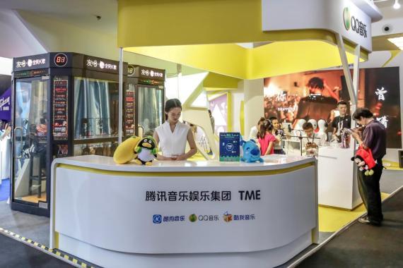 Los visitantes ven un stand de Tencent Music Entertainment en el Beijing Music and Life Show en Pekín, China, el 7 de mayo de 2017.