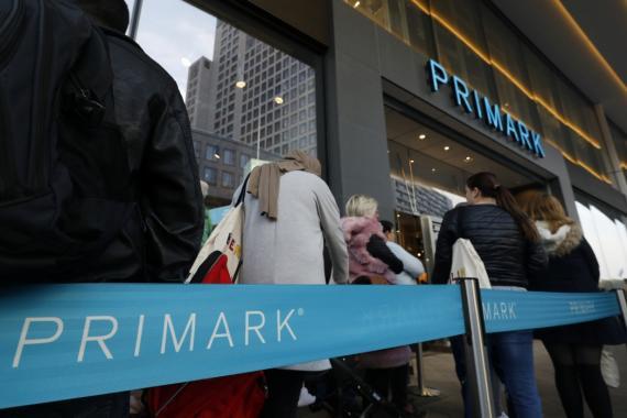 Clientes haciendo cola ante la nueva tienda de Primark en Berlín, Alemania, el 18 de octubre de 2018.