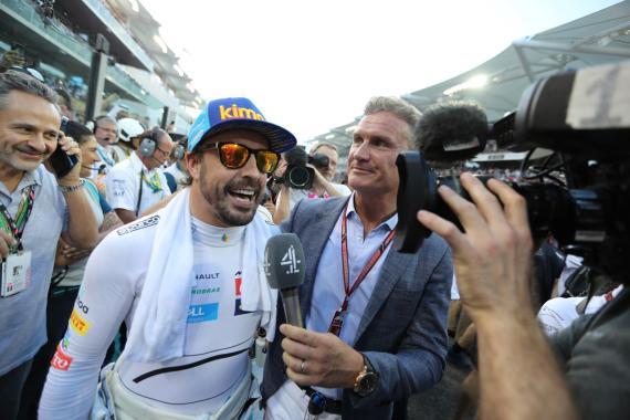 Fernando Alonso concede una entrevista en el último Gran Premio de su carrera en la F1.