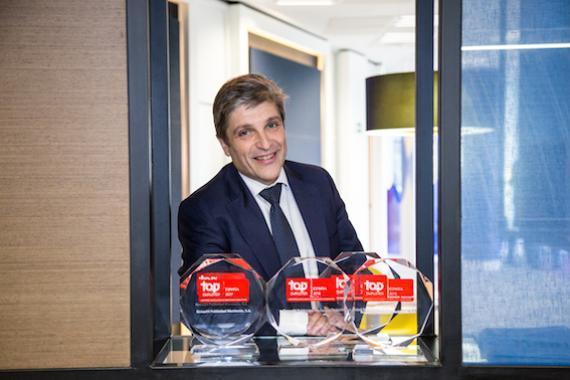 Gerardo Mariñas con los reconocimientos Top Employer de GroupM
