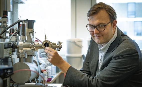 El profesor Kasper Moth-Poulsen junto con el catalizador que extrae la energía del líquido.