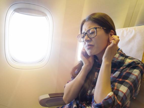 Aterrizar o despegar en un avión puede causar una sensación incómoda en los oídos.