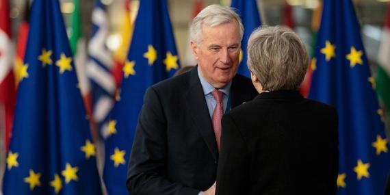 Michel Barnier, jefe negociador de la UE para el Brexit, junto a la primera ministra de Reino Unido, Theresa May
