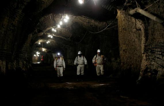 Trabajadores en la mina de oro de  Westonaria, en Sudáfrica.