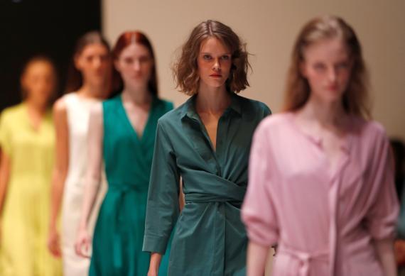 Modelos presentan las creaciones de la diseñadora Larisa Balunova en un pase de la Semana de la Moda de Bielorrusia, en Minsk, Bielorrusia, el 9 de noviembre de 2018.