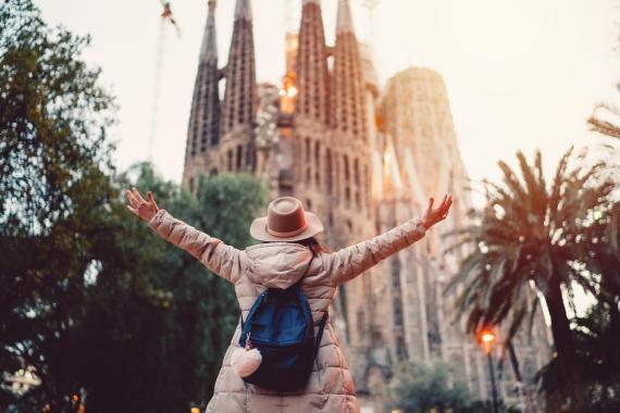 Mujer enfrente de la Sagrada Familia de Barcelona