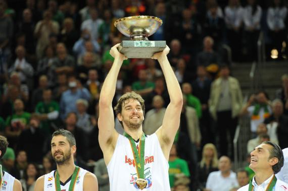 Pau Gasol levanta el trofeo del Eurobasket 2011