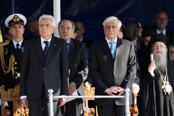 El presidente de Italia, Sergio Mattarella, y el presidente de Grecia, Prokopis Pavlópulos. Grecia e Italia son los países más endeudados de la Unión Europea.