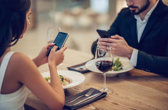 Un restaurante ofrece menú gratis a los niños, si los padres dejan el móvil en la puerta