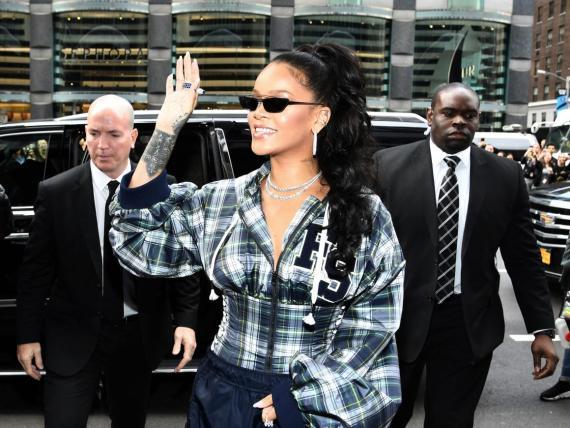 Rihanna es una de las muchas celebridades que se ve frecuentemente flanqueada por guardaespaldas por seguridad.