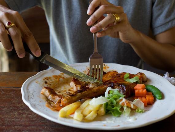 Sentirse satisfecho después de una comida no siempre depende de cuántas calorías contenga