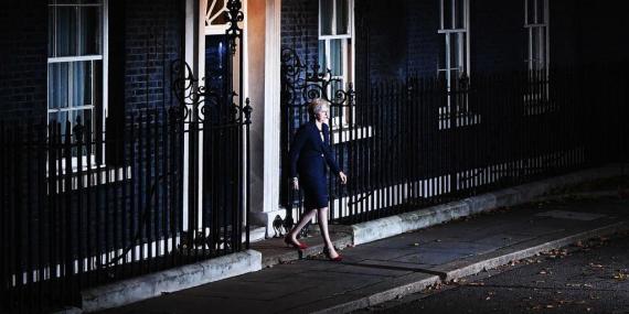 Theresa May saliendo de Downing Street.