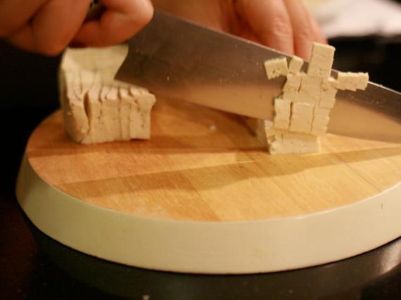 El tofu es una buena opción rica en proteínas para los vegetarianos.