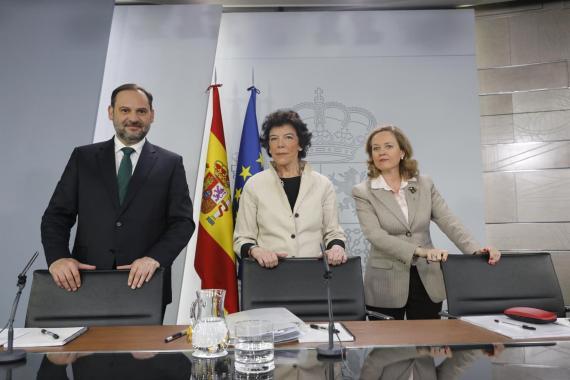 El ministro de Fomento, José Luis Ábalos, la portavoz del Gobierno, Isabel Celaá y la ministra de Economía, Nadia Calviño (derecha).