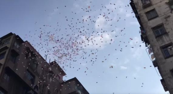 Una captura de pantalla del vídeo en la que se ve el dinero caer.