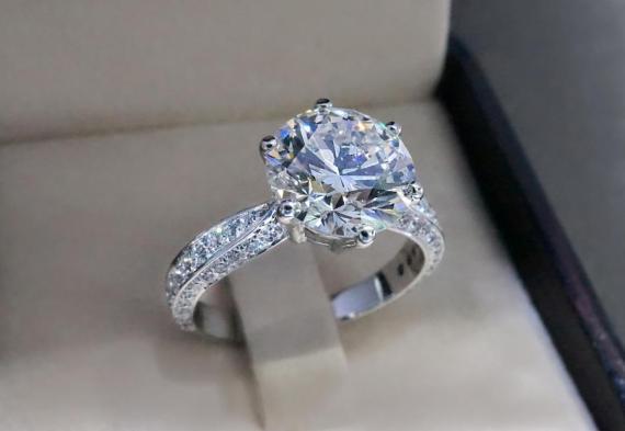 [RE] Elegir el anillo de compromiso perfecto no es tarea fácil.