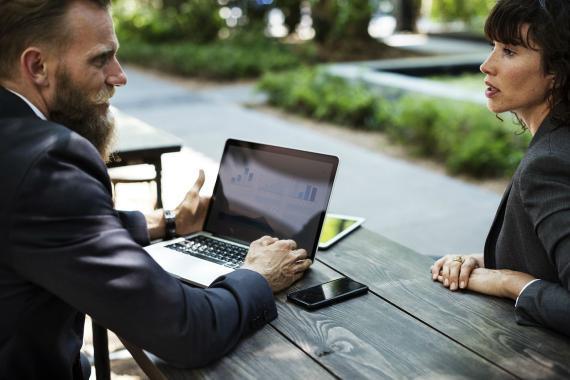 Dos trabajadores, reunidos en una mesa del parque