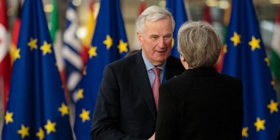 El jefe negociador de la UE para el Brexit, junto a Theresa May.