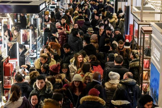 Gente comprando en Black Friday