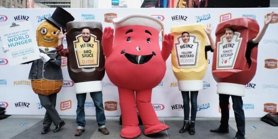 Kool-Aid Man, Mr. Peanut y The Ketchups en Times Square en 2017 durante el evento Feed Your Family, Feed The World..