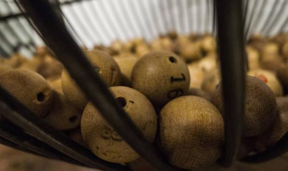 Vista del interior de un bombo de sorteo de lotería.
