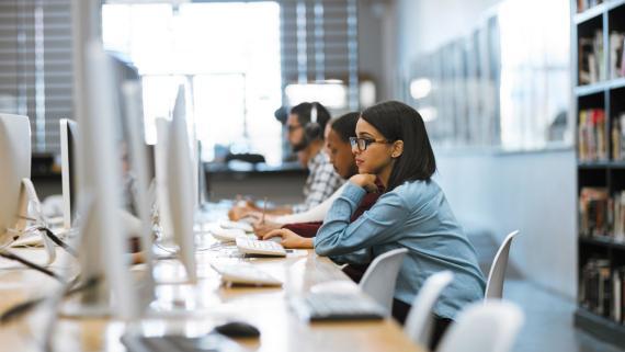 Una mujer trabaja en una oficina de una empresa tecnológica