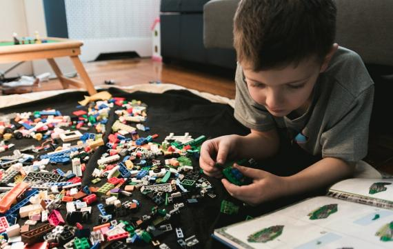 NIño jugando con legos
