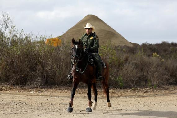 Un agente de la patrulla fronteriza de Aduanas  de los Estados Unidos  cerca de la frontera con México en el Parque Estatal Border Field en San Diego.