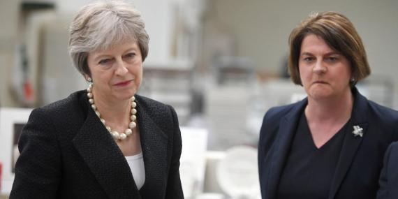 La primera ministra británica Theresa May y la líder del DUP Arlene Foster.
