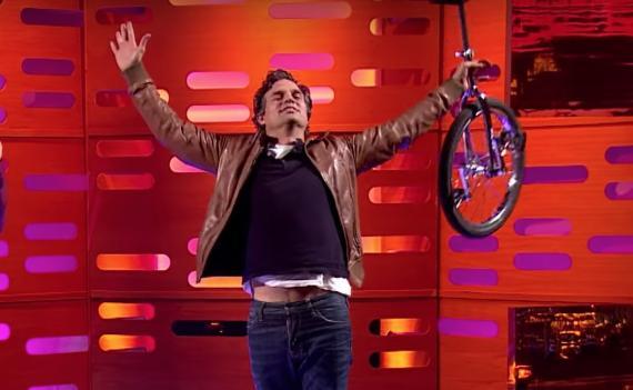 Mark Ruffalo es monociclista