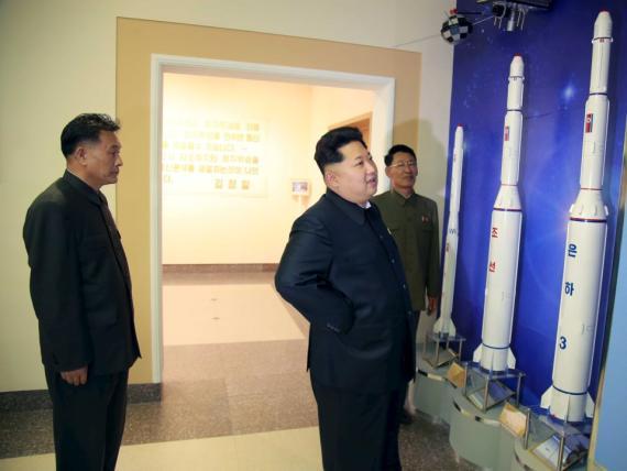Kim Jong-Un mirando misiles.